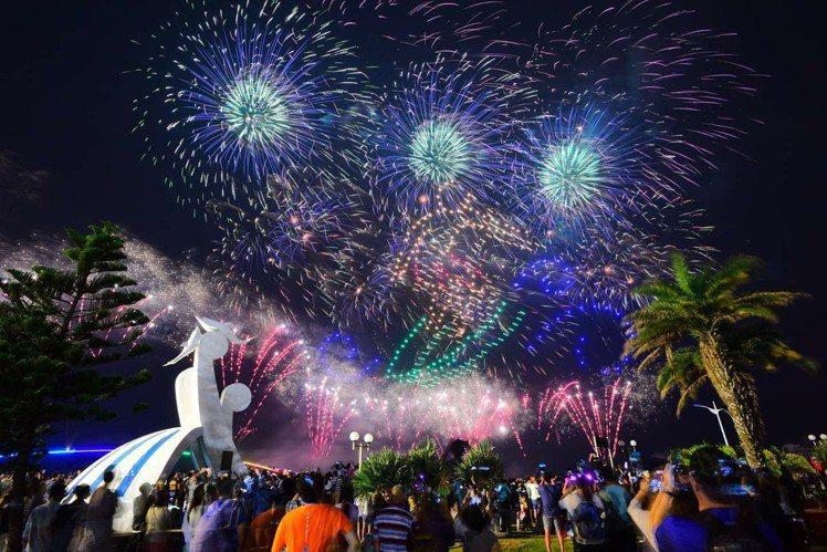 今年澎湖花火節,將加碼離島場次,也會搭配無人機科技燈光秀演出。圖/取自沿著菊島旅...