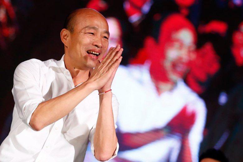 韓國瑜的浪漫,在於召喚1970到1980年代的流行文化,他慣於使用「掏心掏肺」的方式來說話,因而遮蔽了他的諸多缺點。 圖/歐新社