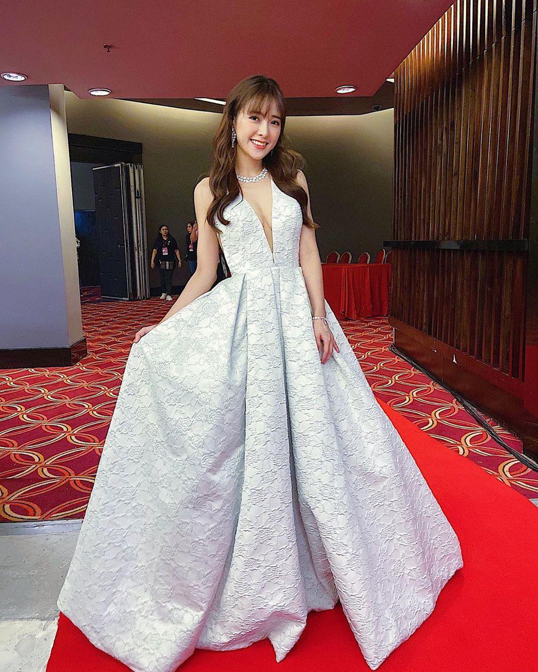 大元穿著深V禮服出席「亞洲電視大獎」。 圖/擷自大元IG