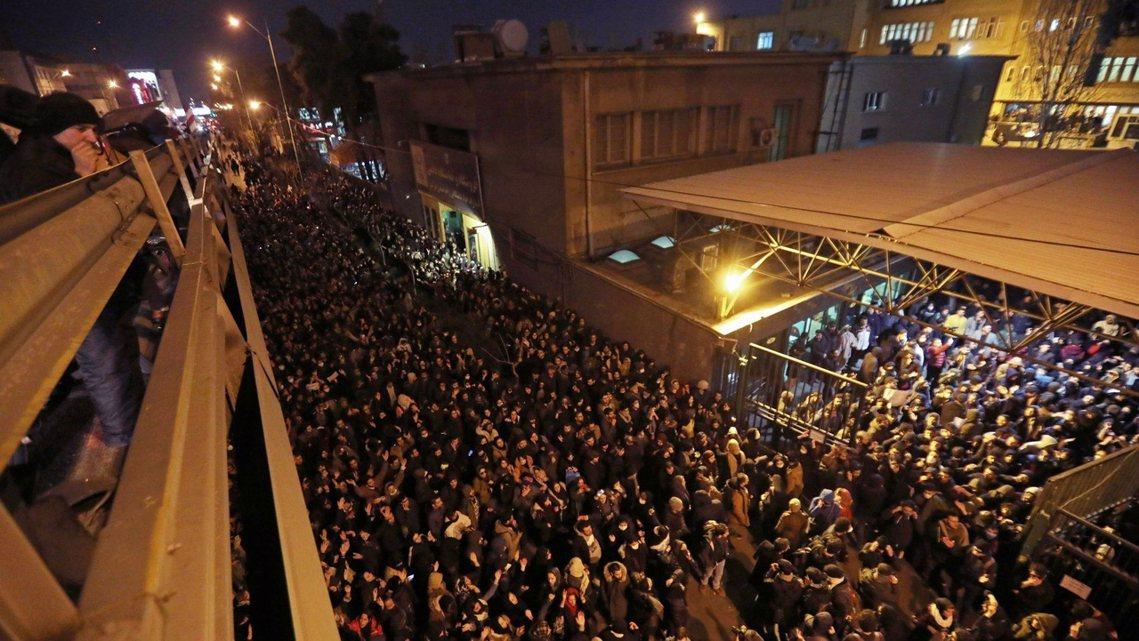 1月12日,德黑蘭大量反政府示威者走上街頭。 圖/法新社