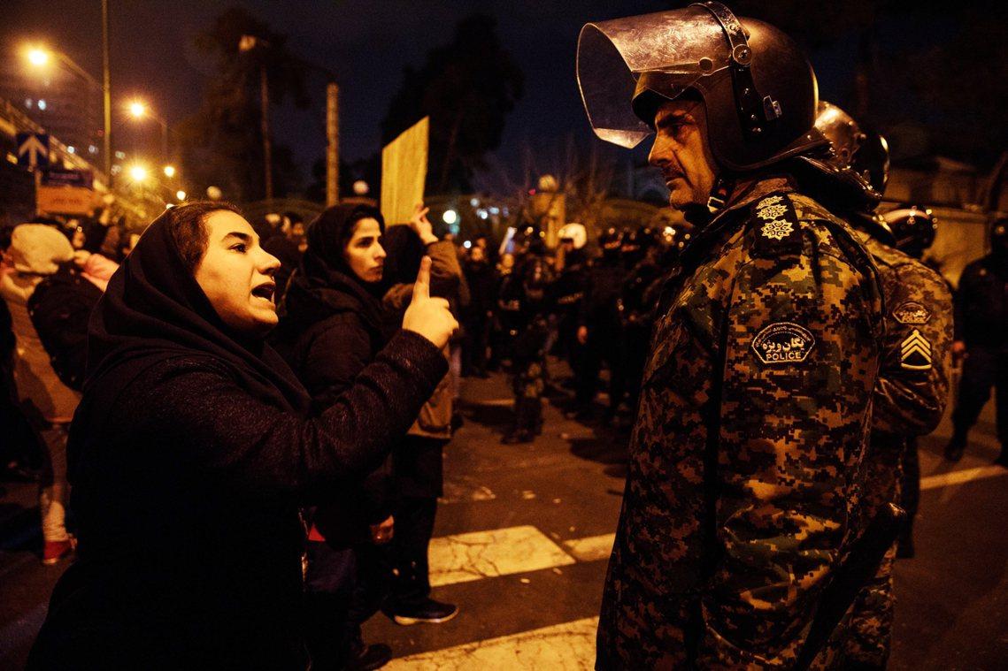 1月11日,伊朗民眾聚集街頭,哀悼空難罹難者的燭光紀念會上,不滿伊朗政府的抗爭民...
