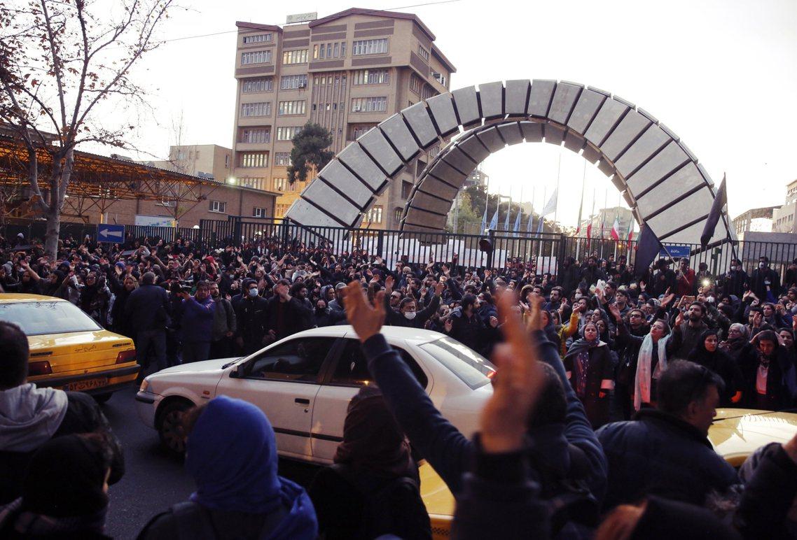 「他們政府扯謊說什麼敵人是美國,敵人根本就在我們這裡!」德黑蘭的罹難者悼念活動,...