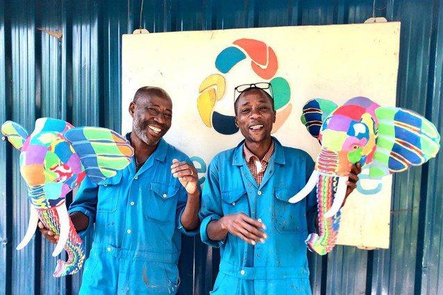 東非國家肯亞的海灘有許多廢棄塑膠夾腳拖,當地人回收重塑成五彩方塊,再雕刻成藝品,...