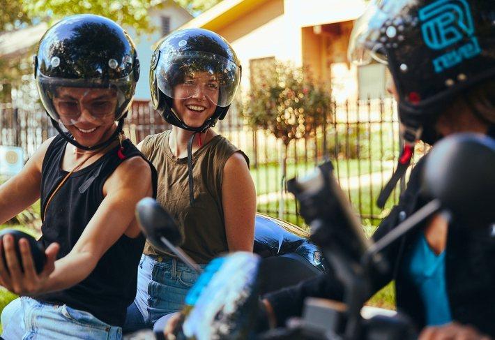 共享機車對年輕族群來說是物超所值的選擇。 圖/Revel