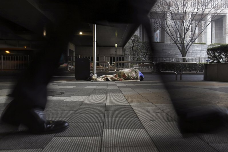 在日本,大部分的遊民並不是靠自己先找到工作然後脫困,而是因為《生活保護法》而先找到房子,才能找到工作。 圖/路透社