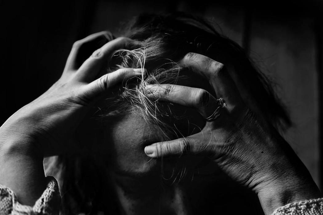 頭暈是很常見的症狀,但是造成頭暈的原因很多,可能輕微到因空氣不好或睡眠不足而引起...