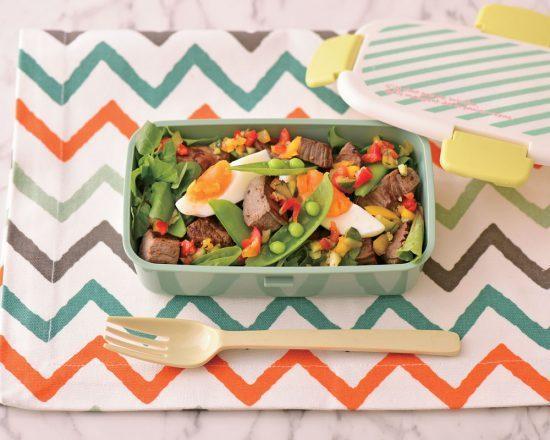 午餐用牛排丁搭配蔬菜沙拉。圖/日刊Spa!