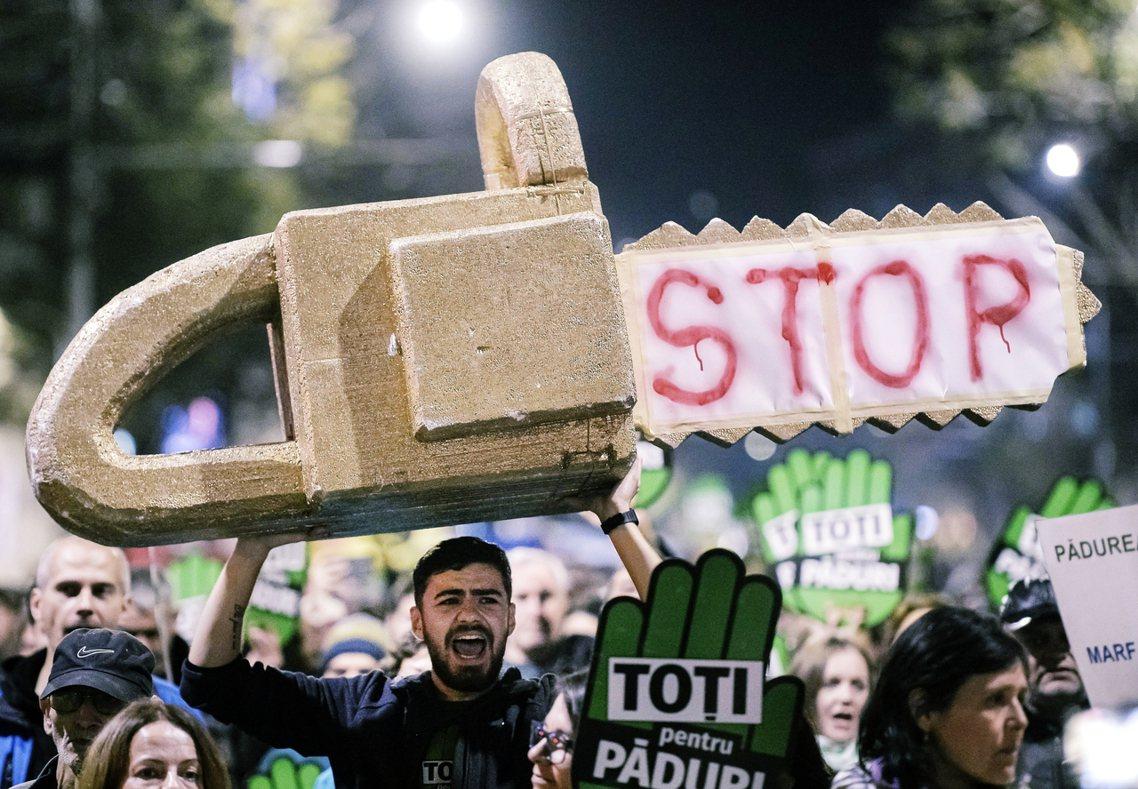 圖為2019年11月3日,示威者在羅馬尼亞首都抗議國內林木盜採問題。 圖/美聯社