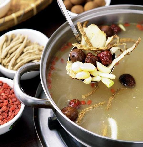 平常可多攝取以補腎、壯骨為主的食材,搭配藥膳的料理來補充營養。 圖片提供/台灣好...