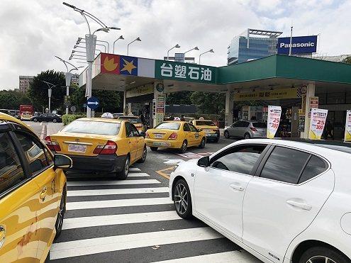 台塑週三加油日活動不斷推陳出新,大受消費者歡迎,每逢週三就湧入大量車潮排隊加油。...