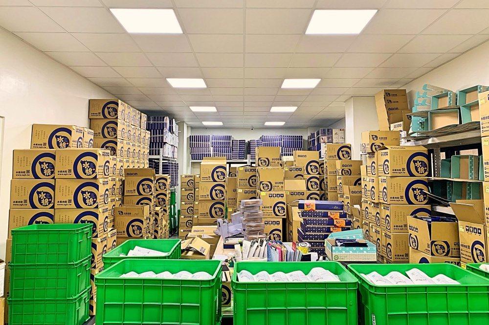 水根肉乾春節禮盒開賣至今熱銷不斷,每日都有堆積如山的商品準備出貨。 水根肉乾/提...