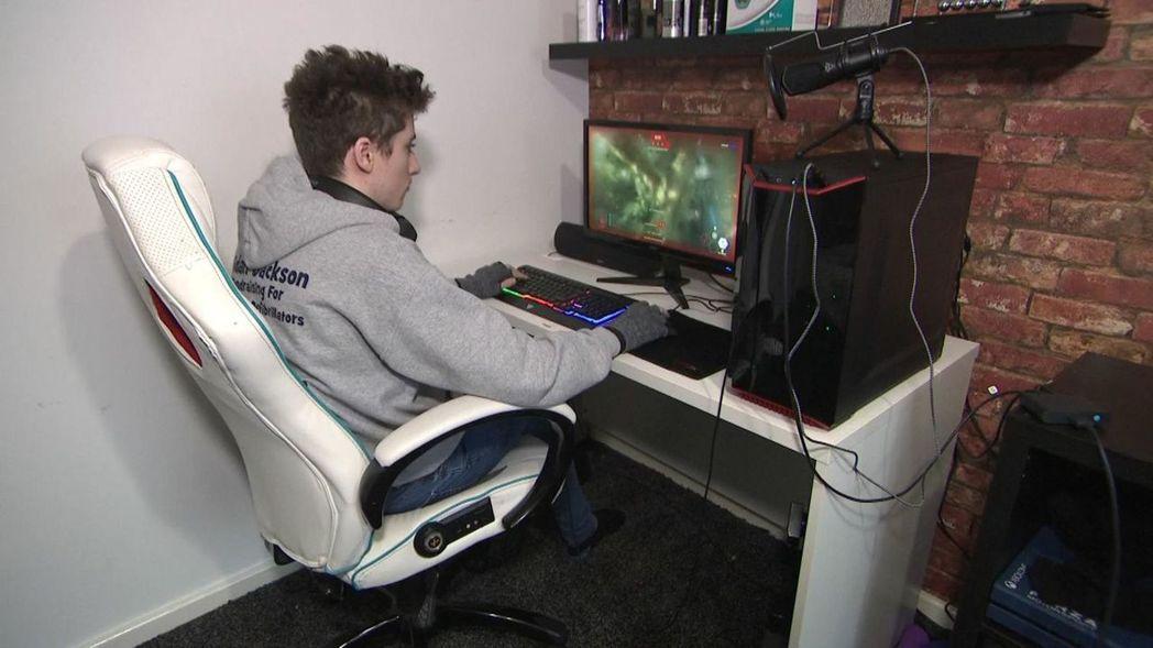 艾登癲癇發作時,遊戲中的隊友發現不對勁,第一時間向報警求助/圖片截自Skynew...