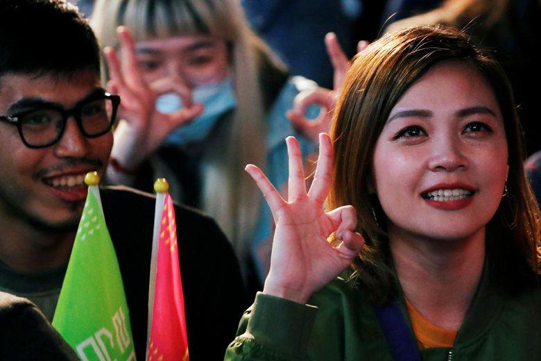 2020台灣總統大選,最終蔡英文總統連任成功。圖為蔡英文支持者比出3號手勢。 圖/路透社