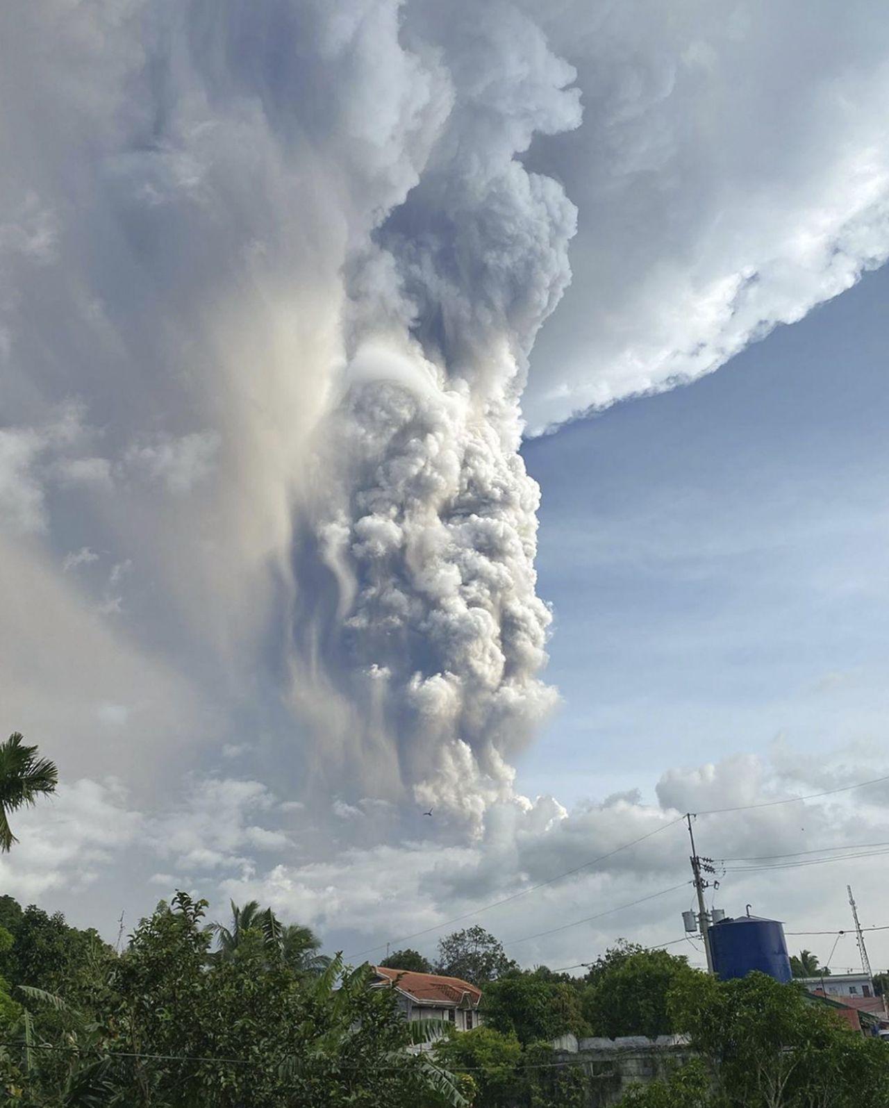 塔阿爾火山(Taal)爆發。美聯社
