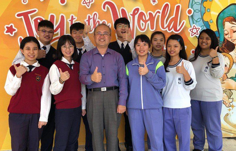 輔仁中學校長李國榮稱讚學生們平時的努力,獲得美好成果。圖/輔仁中學提供