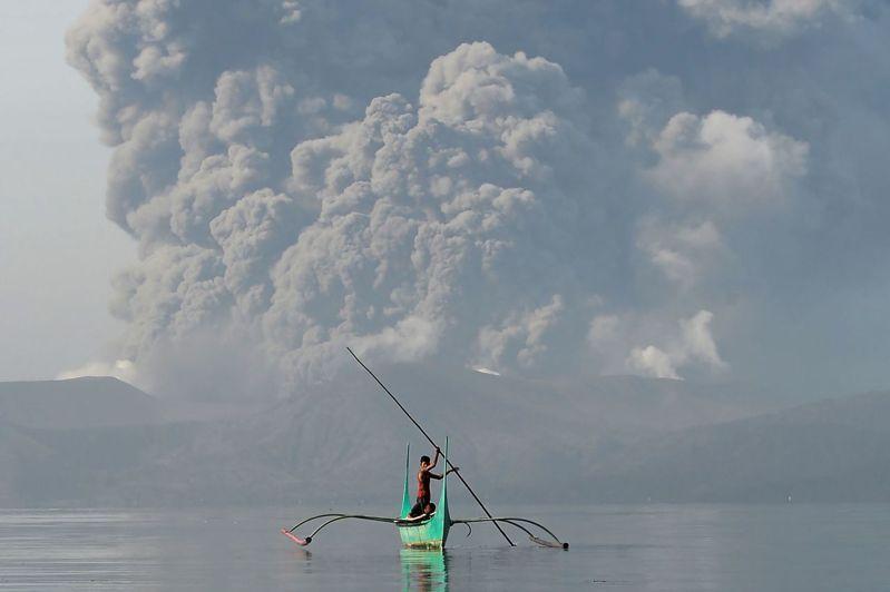 菲律賓塔爾火山12日噴發,專家警告接下來可能會有危險的爆裂式噴發。法新社