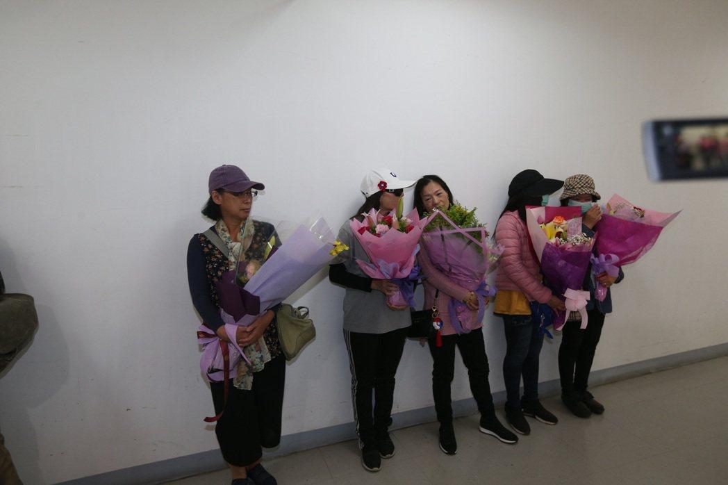 大批支持者到場,高喊「市長加油」、「我們永遠支持你」、「4年後再來」,韓向支持者...