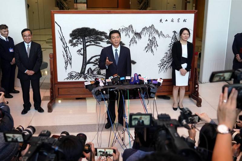 新任香港中聯辦主任駱惠寧6日發表就職後首度公開談話,指香港半年來情勢讓人揪心,大家都熱切期盼香港能「重回正軌」。(中新社)