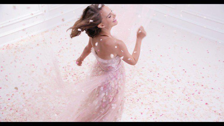 娜塔莉波曼在玫瑰花雨中起舞。圖/迪奧提供