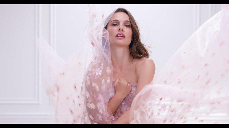 娜塔莉波曼為Miss Dior漫舞玫瑰淡香水代言。圖/迪奧提供