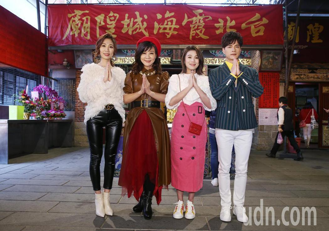 歌手龍千玉(右二)帶著同門師弟妹朱海君(左二)、向蕙玲(右一)、鄔兆邦(左一)逛