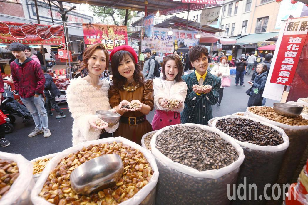 歌手龍千玉(左二)帶著同門師弟妹朱海君(右二)、向蕙玲(左一)、鄔兆邦(右一)逛...