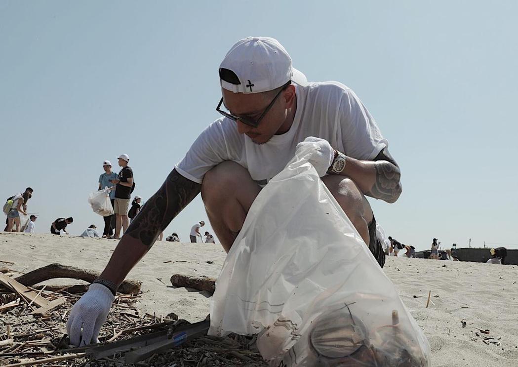 王陽明曾多次出席海洋淨灘活動。圖/摘自臉書