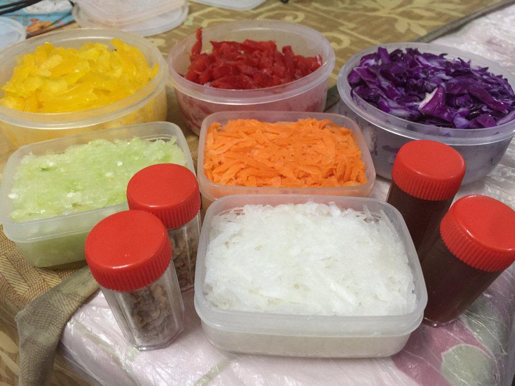撈魚生因為需要色彩不同的菜絲,也有「七彩魚生」之稱。記者蘇詠智/攝影