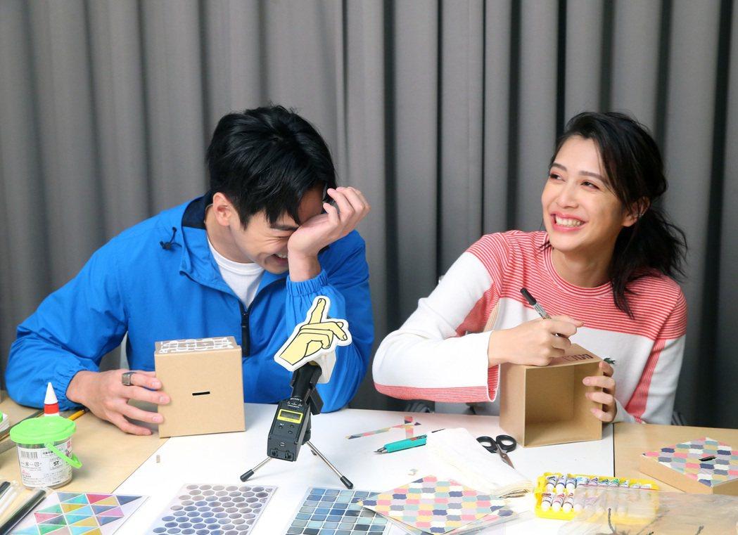 劉奕兒(右)與禾浩辰DIY環保存錢筒。記者林澔一/攝影