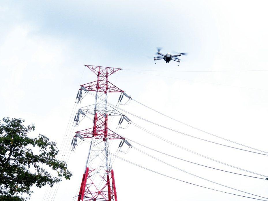 因應近來無人載具發展成熟普及,台電首度導入「無人機」科技協助電塔智慧巡檢,搭配自動化監測設備,全面掌握電塔即時狀態。圖/台電提供