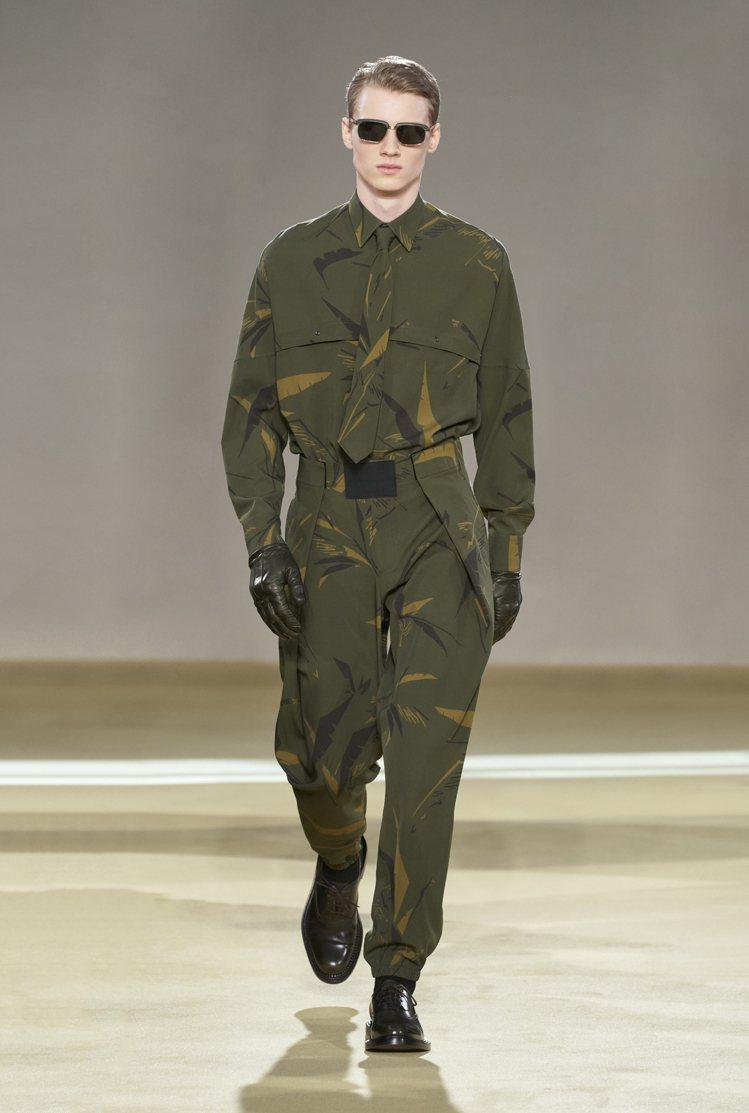 配有領帶的軍裝圖案看似迷彩,其實是棕櫚樹印花。圖/Salvatore Ferra...