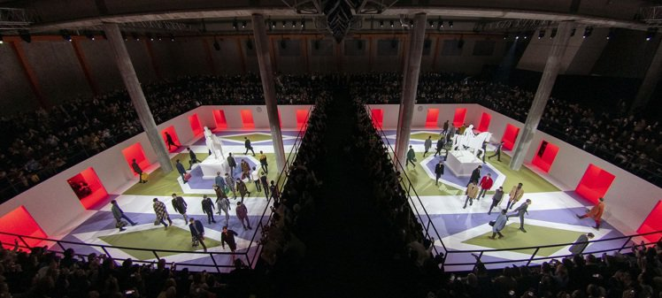 以兩個相隔著走道的虛擬廣場空間作為主要秀場,正中間分別擺放著像是紙雕的雕像,形成...