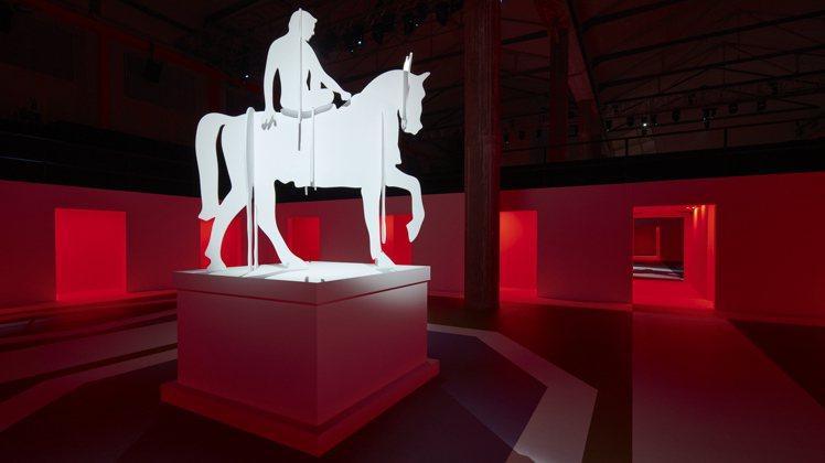 PRADA則是在品牌位於米蘭的藝術基金會Deposito多功能大廳中,再度攜手A...