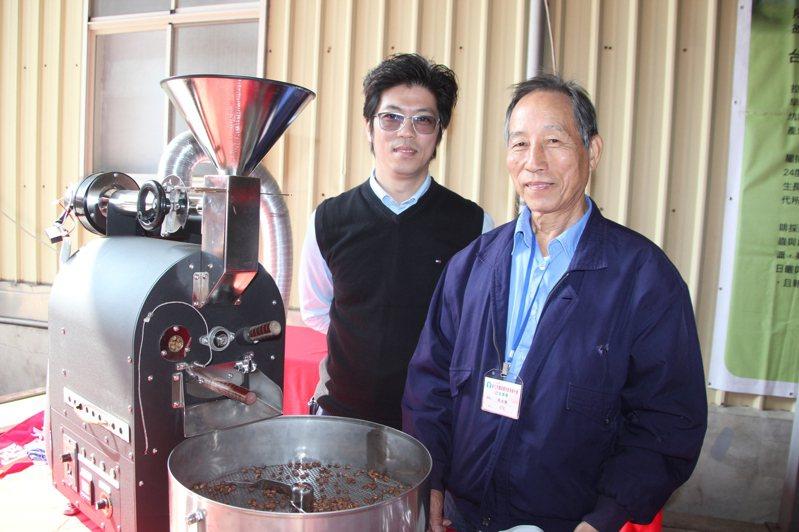 咖啡農張水勝與兒子張智閔榮獲跨世代農業經營經驗分享競賽全國亞軍,張水勝將種咖啡、烘咖啡豆的技術也傳承給兒子。記者林宛諭/攝影