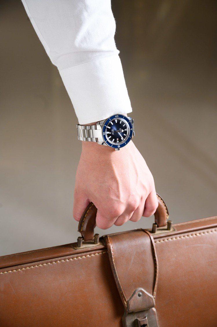 雷達表庫克船長300米復刻腕表,不鏽鋼表殼、表鍊,搭配藍色陶瓷表圈,約64,90...