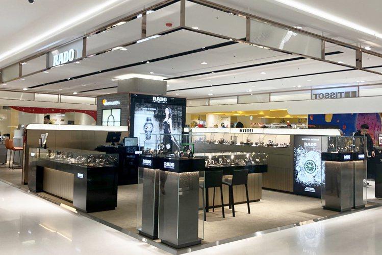 雷達表選在遠東信義A13百貨開出在台北第二間直營據點,捨棄了過往的黑色調店裝,換...