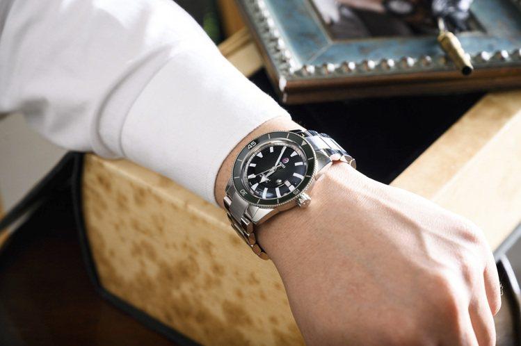 雷達表庫克船長300米復刻腕表,不鏽鋼表殼、表鍊,搭配黑色陶瓷表圈,約64,90...