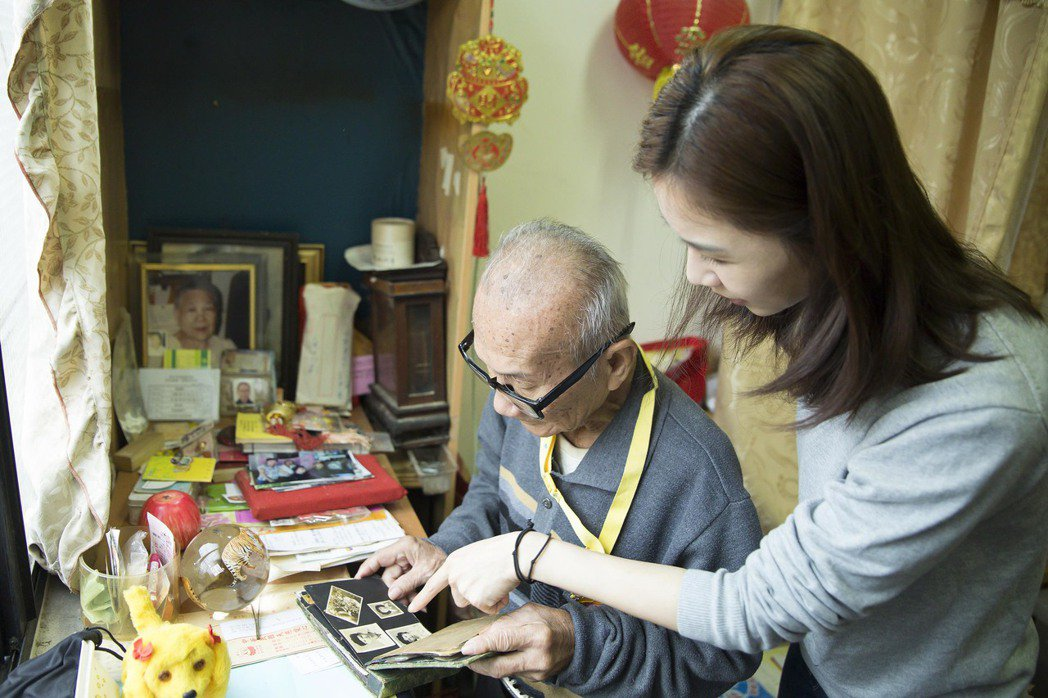 謝盈萱熱心公益,至萬華探望獨居失智老人。圖/愛最大慈善光協會提供