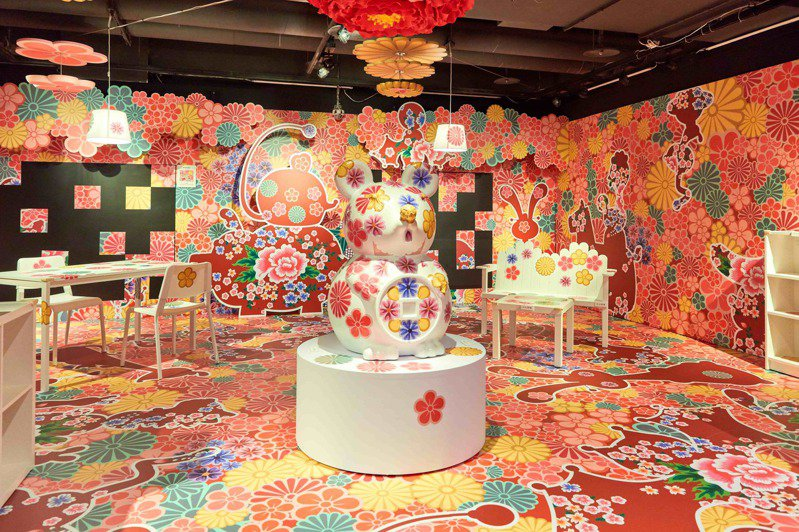 洪易老師特別於台南小西門微藝廊打造全台唯一的獨特創作空間-「貼」心藝術展-揪・(ㄉㄚˋ)心實驗室,邀民眾一同創作。圖/新光三越提供