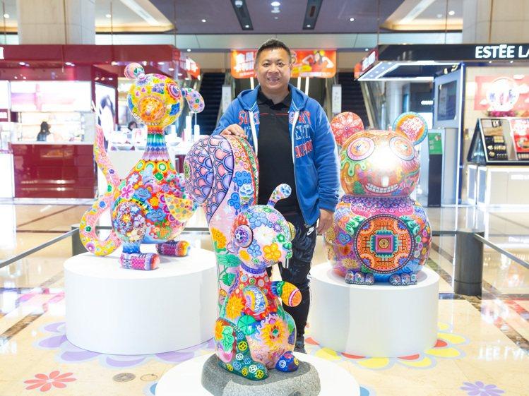 「三鼠好友」位於台北信義新天地A4一樓正門,披著繽紛鮮豔色彩的松鼠與袋鼠,是洪易...