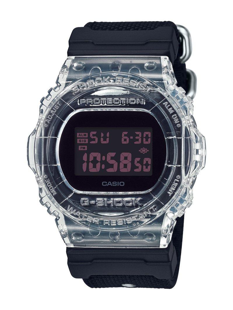 G-Shock DW-5750腕表,數字顯示為暗紅色呼應了CLOT的經典配色,台灣限量200只,4,100元。圖/Casio提供