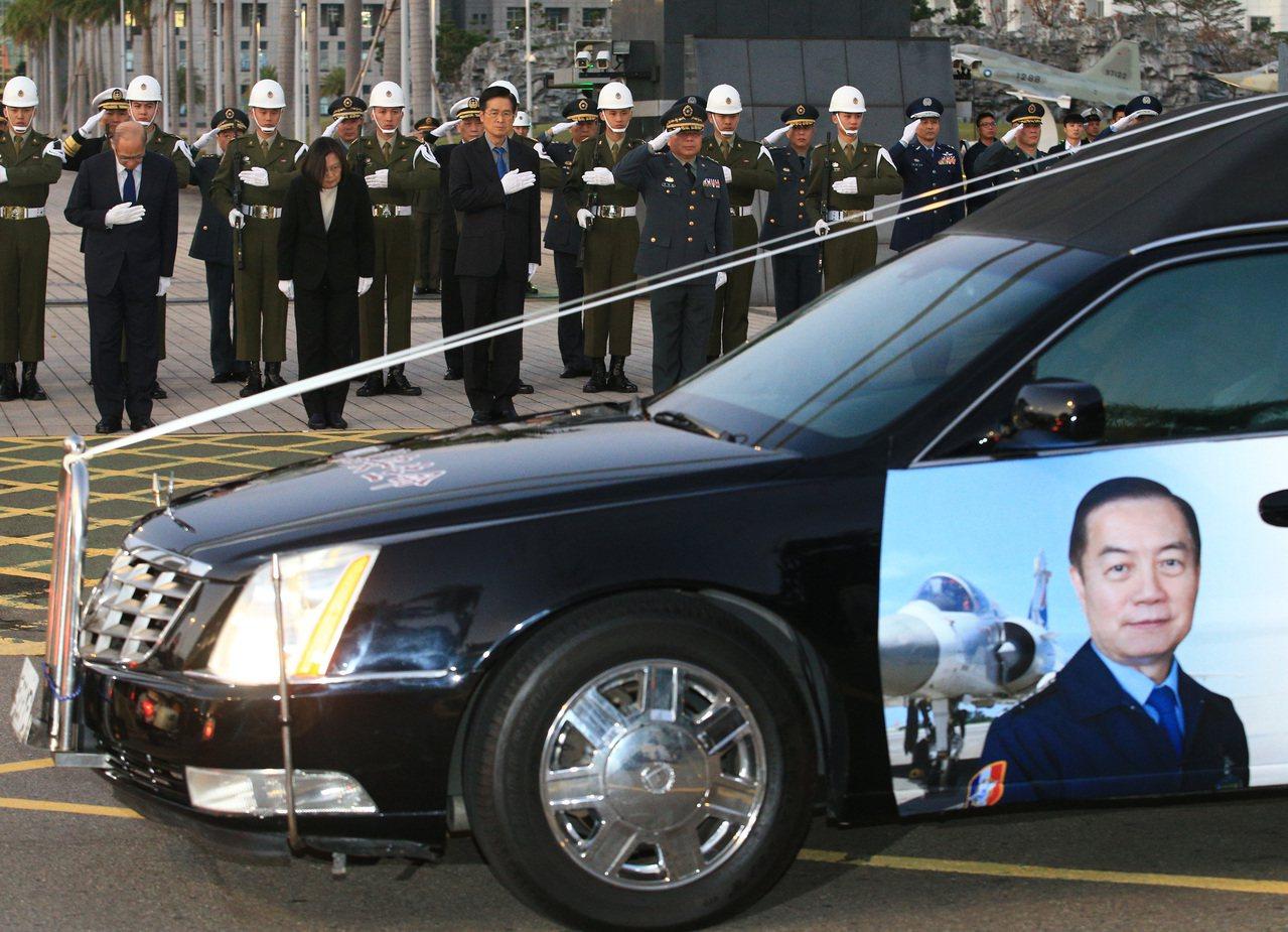 參謀總長沈一鳴等八位移靈車隊傍晚經過國防部前,蔡英文總統(前排左二)深深鞠躬致意...