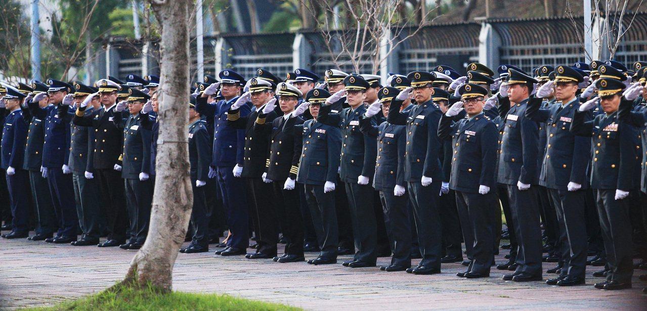參謀總長沈一鳴等八位移靈車隊傍晚經過國防部前,列隊的軍官與士兵舉手敬禮致意。記者...