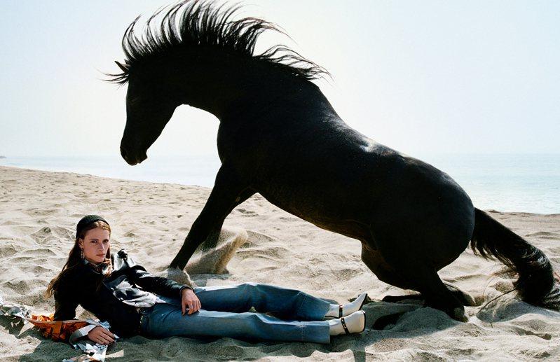 馬在廣告中的設定,或者可以解釋為Gucci最愛從中擷取靈感的古希臘神話中喜歡幻化為各種動物的主神宙斯,又或是自由的象徵。圖/Gucci提供