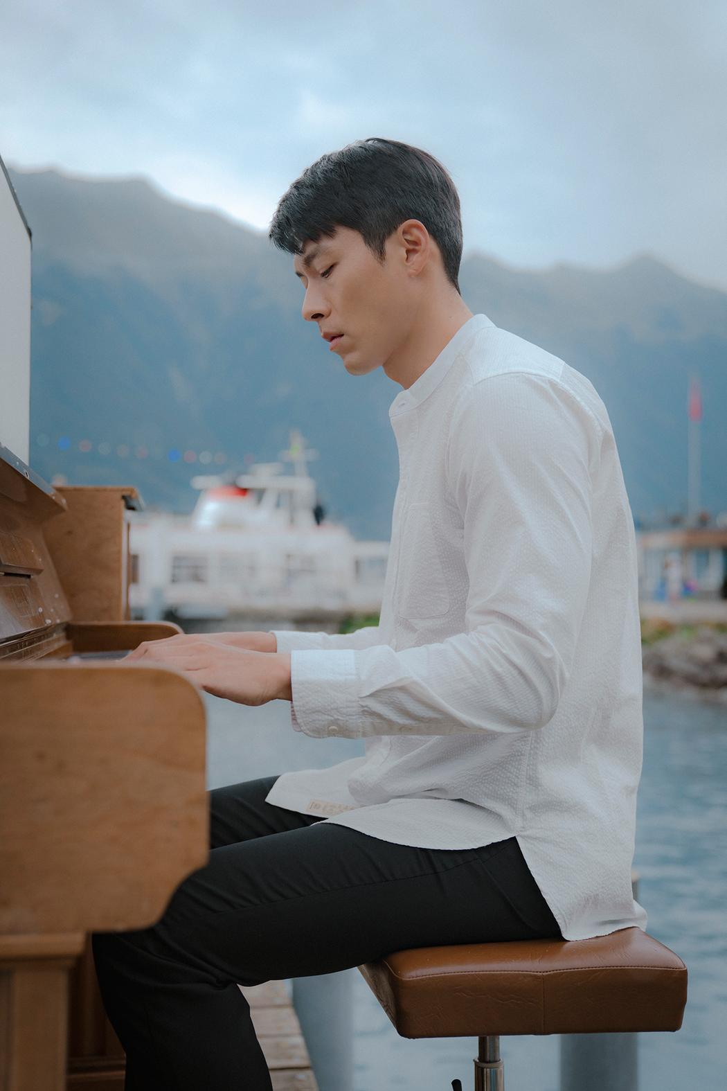 玄彬彈琴畫面唯美。圖/Netflix提供