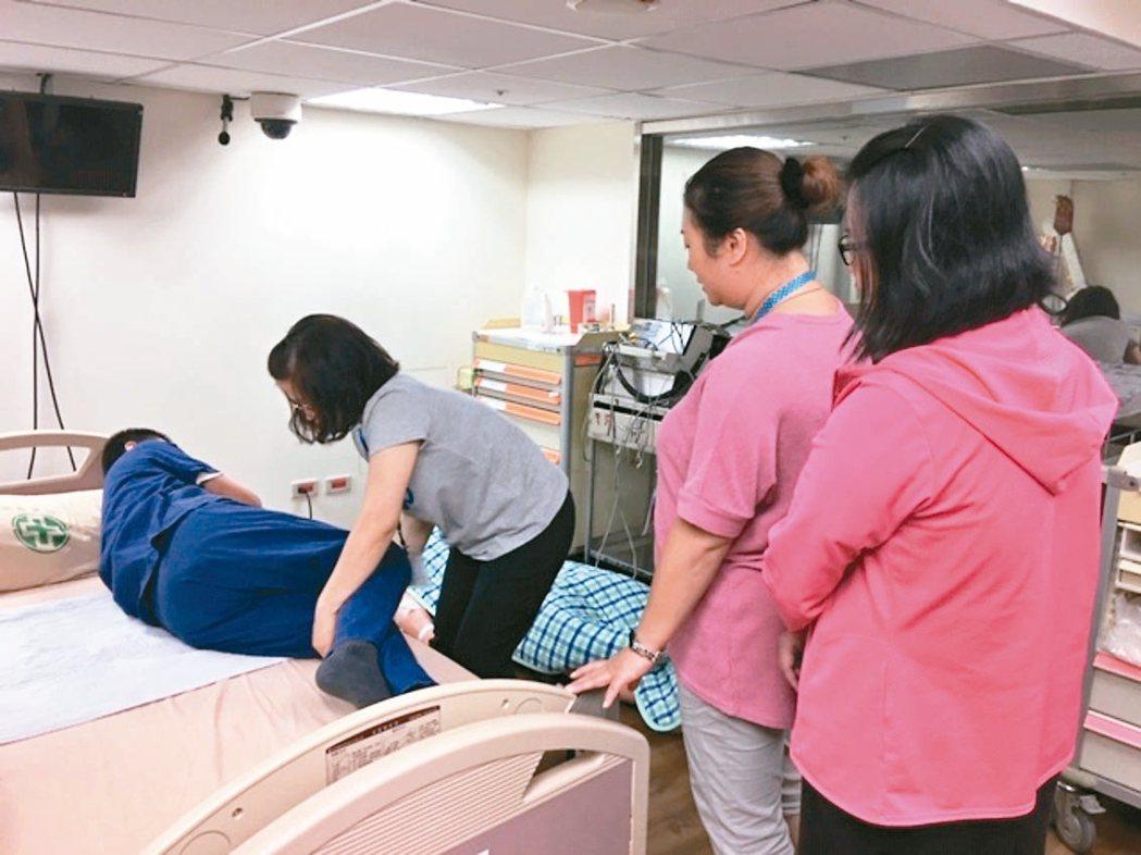 亞東醫院針對中低收入戶、失能家庭,執行「愛長照,陪伴零距離」的居家服務計畫,提供...