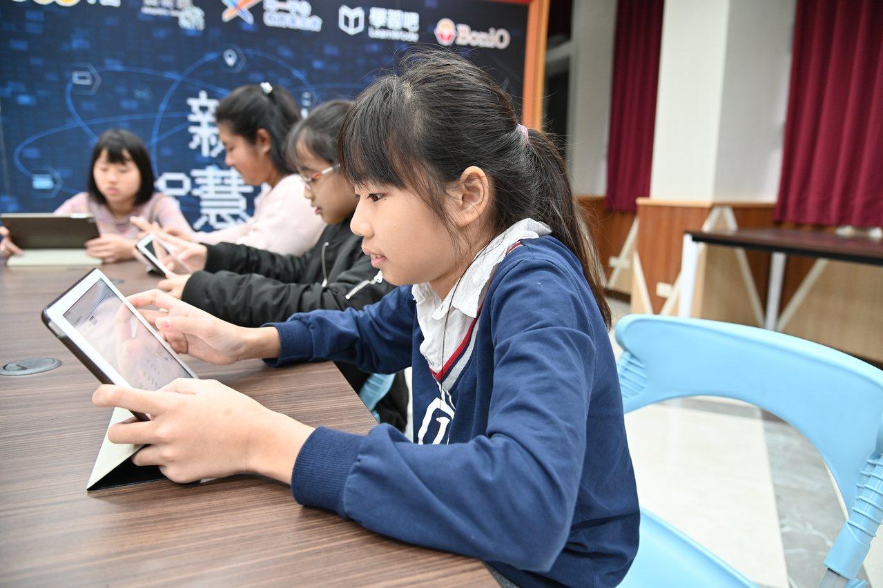 現在老師可以透過數位學習平台,快速地分析孩子的學習弱點,進行學習扶助規畫,也能善...