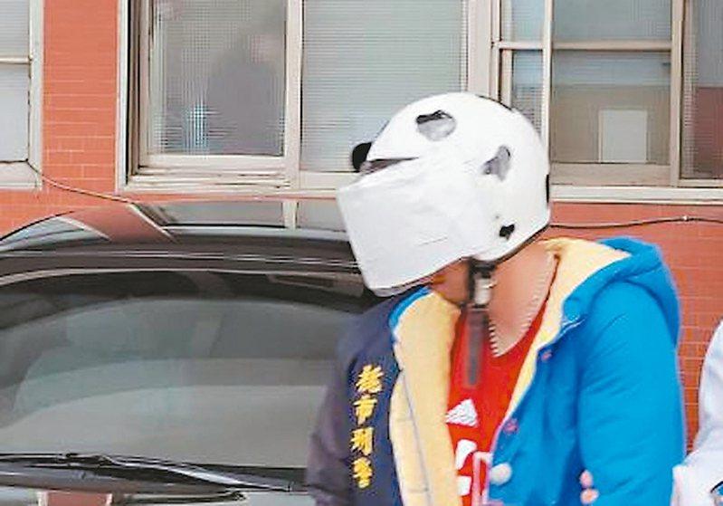 男子徐清軒昨天下午由楊梅警方依殺人罪嫌移送法辦,他全程低頭不發一語。 記者張弘昌/攝影