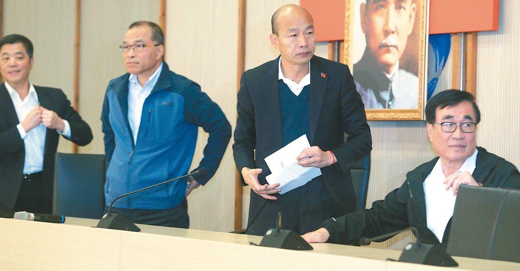 高雄市長韓國瑜(右二)昨天銷假上班,他表示將拚市政,沒有考慮競選黨主席。 記者劉...