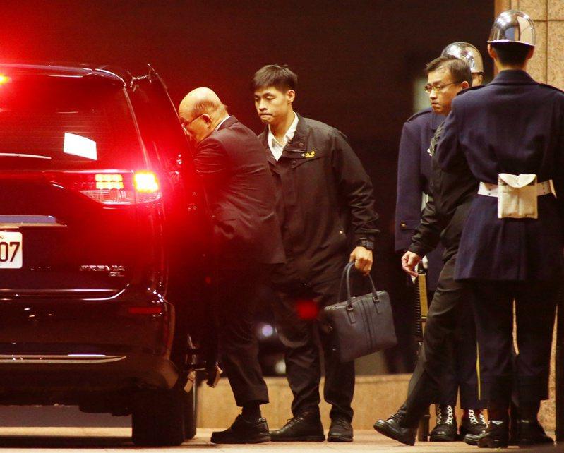 行政院長蘇貞昌(左)傍晚乘車離開行政院。記者曾原信/攝影